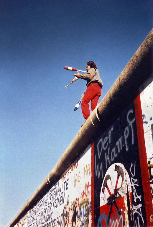 Juggling_on_the_Berlin_Wall